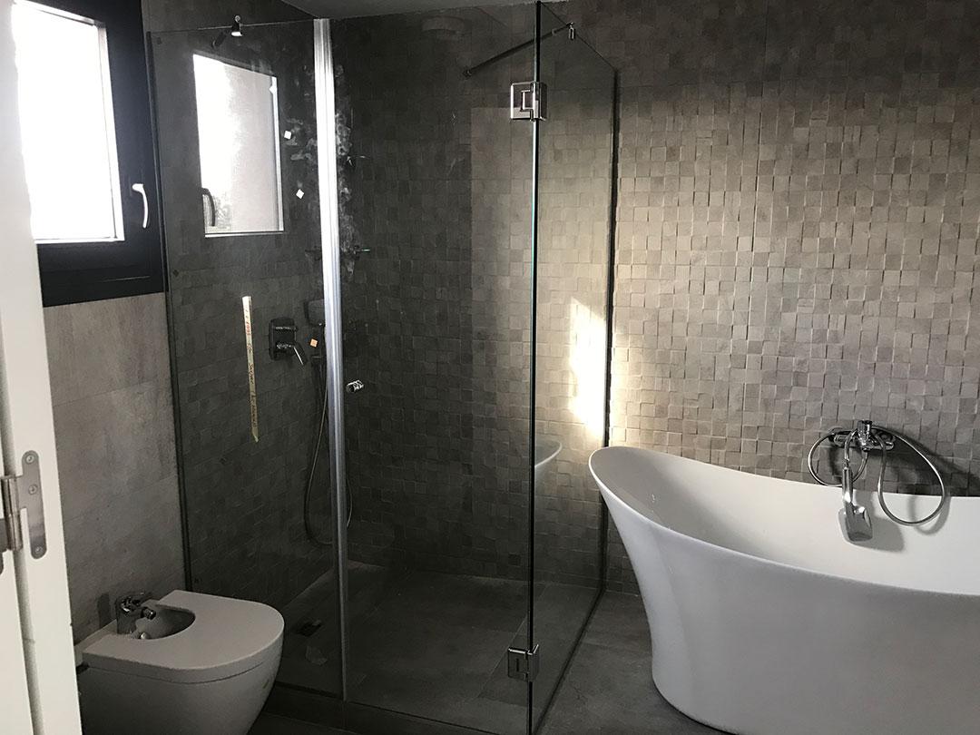 mampara en baño instalada por cristaleria moreno